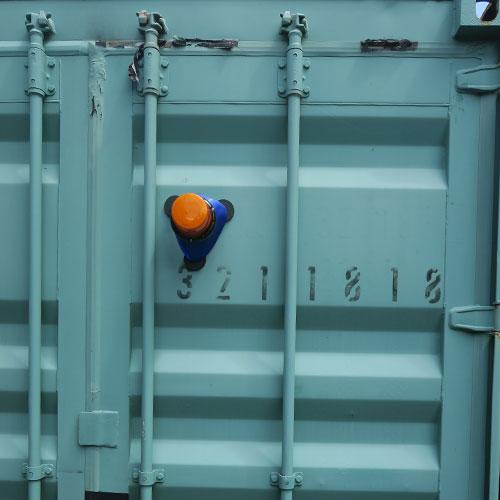 Makita 18V corldess bl850b li-ion revolving flashing safety beacon on shipping conatiner